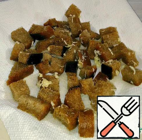 Bread cut into cubes 1x1 cm, fry in vegetable oil. Add the garlic grated on a small grater, mix, shift to paper napkins.