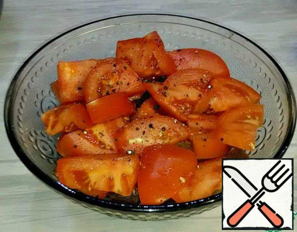 Put tomatoes on top, salt and pepper, pour a spoonful of oil.