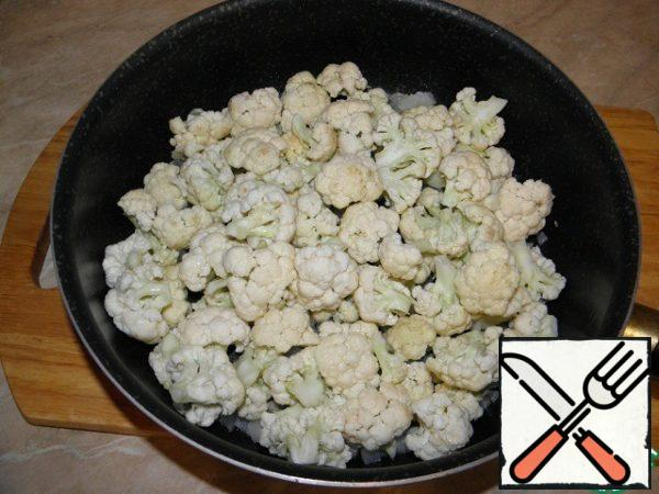 Add the cauliflower disassembled into inflorescences.