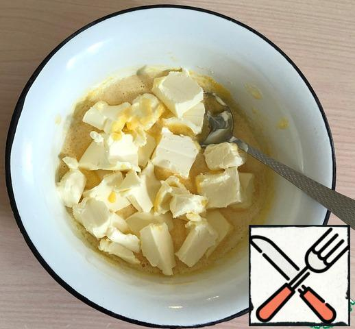 In a bowl, mix 3 yolks and 0.5 cups of sugar with a spoon, add the softened butter cut into pieces and beat well with a mixer so that the sugar is almost dissolved.
