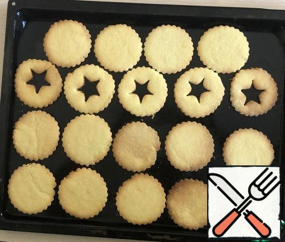I bake on the second from bottom level to 9 minutes (watch your oven!) to light Golden color. On some cookies visible strips - it is when transferred to a baking sheet, they broke: (but if this happens, do not worry - when baking they stick together and will remain a strip!
