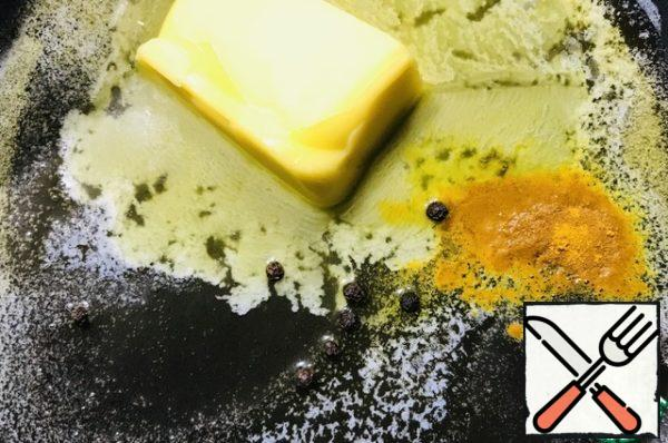 Put butter on the pan, melt, add turmeric 1/2 tsp. and 5 peas black pepper, all stir, pepper can be removed. We like to figure him out.