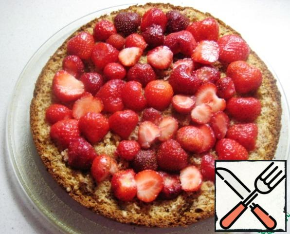 Collect cake: nut cake, put on top of the cut in half strawberry.