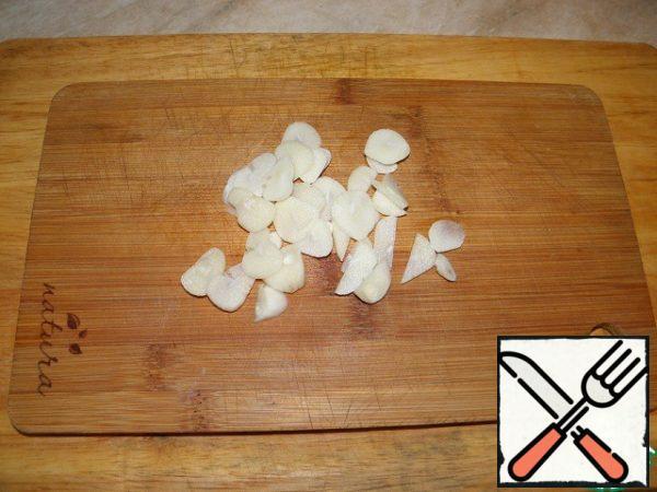 Garlic cut into plates.