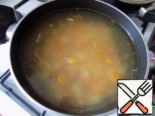 Pour boiling water 1 liter. Bring to a boil and cook until cooked buckwheat and vegetables 15 minutes. Salt.