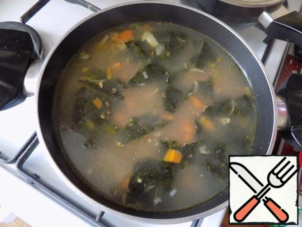 When we cook vegetables and buckwheat, spread the sea cabbage. I already have it ready. Put the peppers: sweet and black peas. Bring to a boil, and it is less than a minute, pour a second spoonful of oil and remove from heat.