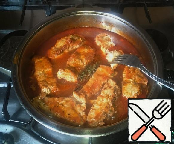 Give the sauce to boil for 5 minutes and put in a pan with sauce fried meat. Ribs down. The sauce rises and almost covers the meat. Reduce the heat, cover the pan with a lid and simmer the meat for 40 minutes. Check for readiness. Turn off the heat. Add a sprig of thyme (who loves), cover and leave for 10 minutes to cool.