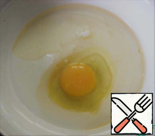 In a separate bowl, mix vegetable oil, kefir and egg.