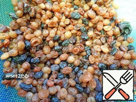 Raisins pour cold water and soak for an hour. Water drain. Raisins dried on the sieve (a colander), residual moisture can wet the towel.