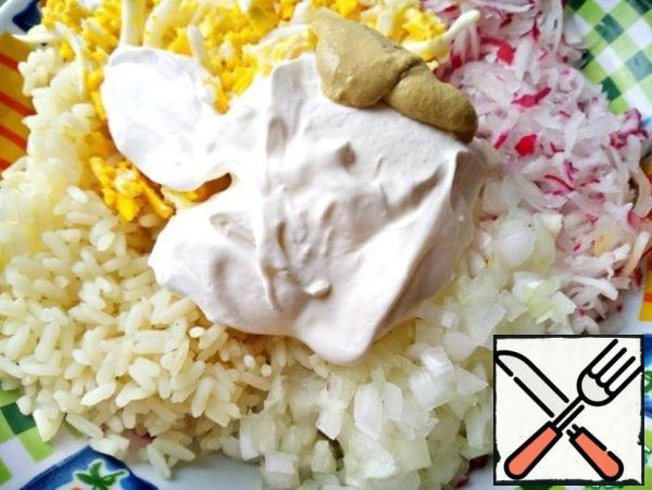 To add in a bowl all the prepared ingredients, add sour cream, salt and mustard.