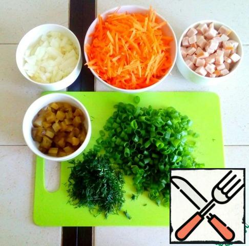 Grate the carrots on a vegetable grater, dice the onions, pickles and ham, chop the greens.