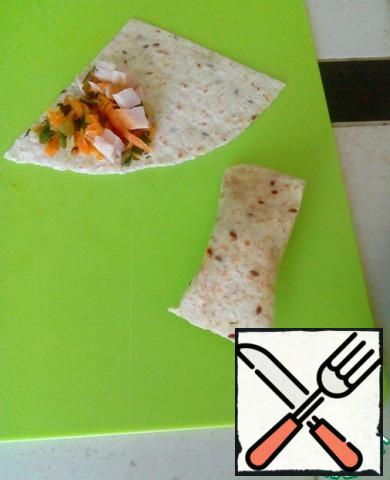 Spread the vegetables and ham on the pita.