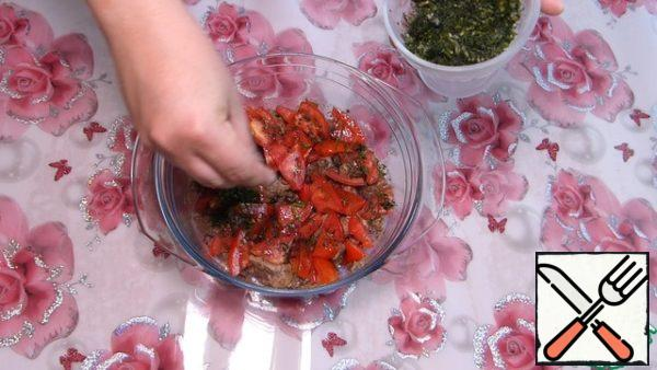Spread on the liver tomatoes. Sprinkle with herbs.