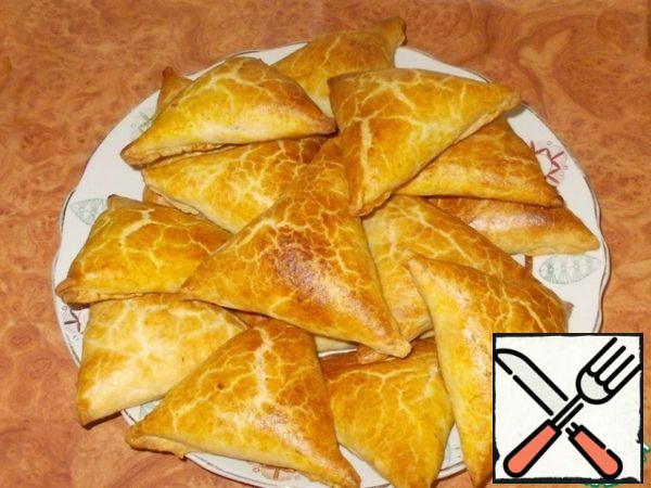 Here is such a is obtained samosa. Golden! Fragrant! With a crispy crust and juicy filling inside. Pay attention to how much puff pastry!