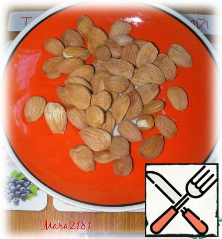 Please note that only sweet bone is suitable for the recipe!!! Extract sweet kernels from apricot kernels. 20 g of sweet nucleoli fry on medium heat on a dry pan until it will turn brown like almonds.