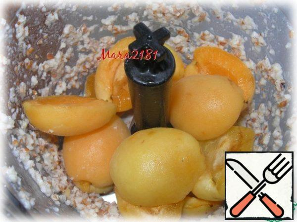 Here add 160 g of washed and dried apricot pulp.