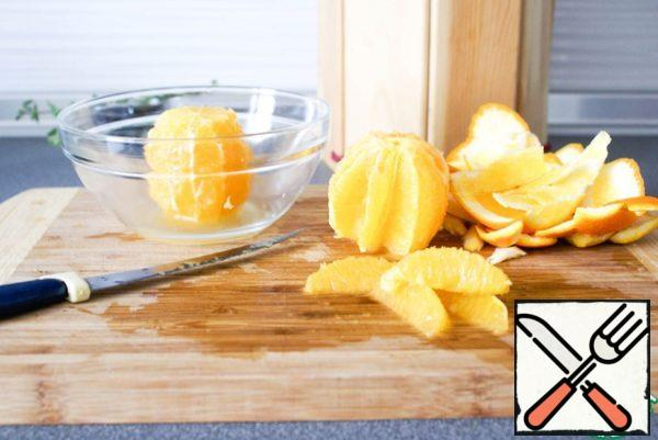 Filet oranges: for this knife cut the crust in a circle with a whole orange, and then, with a sharp knife, holding an orange in his hand, cut the orange slices between the films, holding the knife at an angle (it is easy to adapt). To do this over a bowl, collecting the juice. Squeeze the juice from the orange residue into the same bowl.