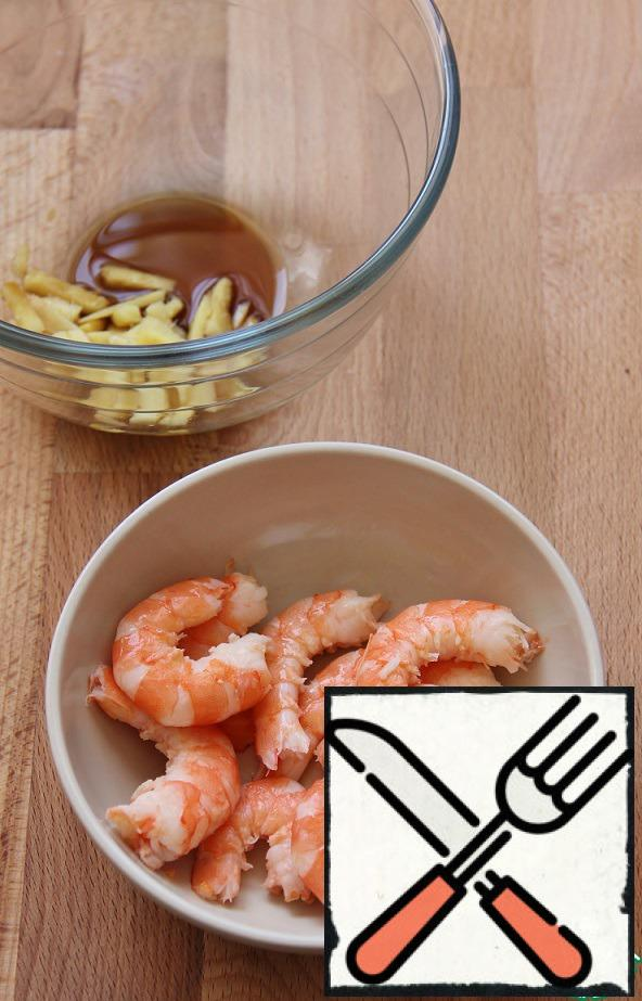 Add soy sauce and lemon juice to ginger. Marinate in the resulting shrimp sauce for 30 minutes.