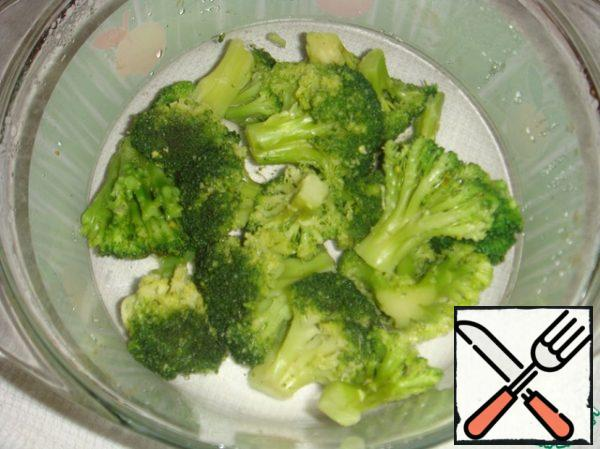 Boil broccoli for literally 2 minutes, drain in a colander. If broccoli is frozen, cook it (without defrosting in advance) in a container with a closed lid at maximum power for 5 minutes.
