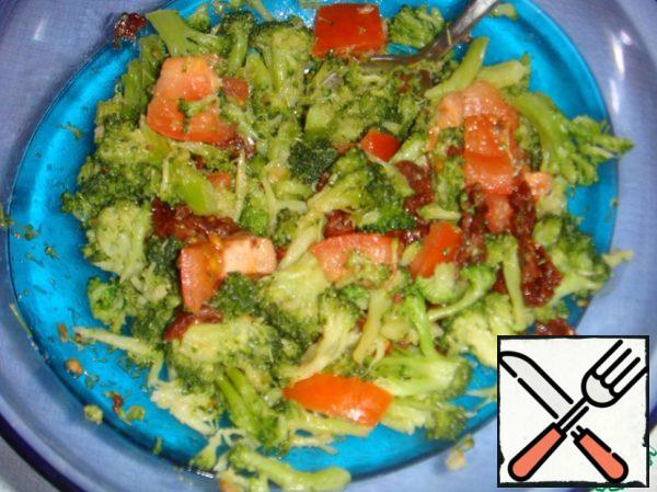 Put broccoli with garlic to tomatoes. Season with soy sauce and sesame oil.