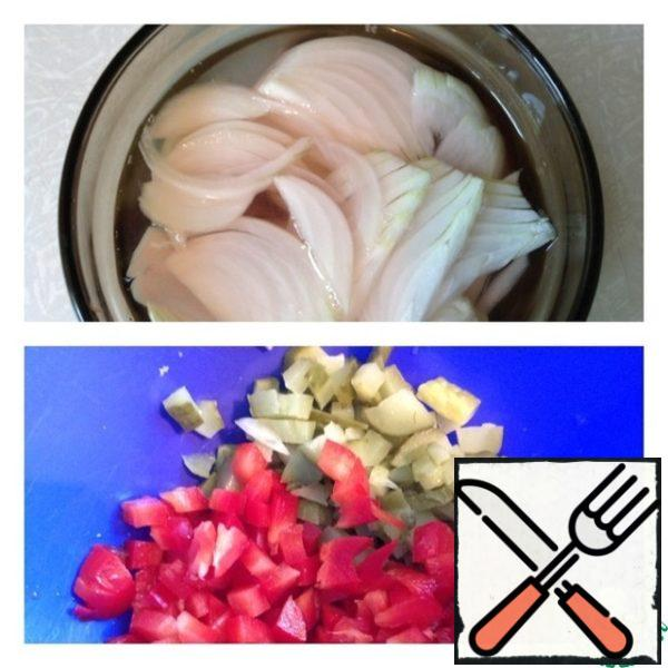 In a bowl pour water, add sugar and vinegar. Marinate onions cut into half rings. Leave for 15 minutes. Cucumber and pepper cut into small dice.