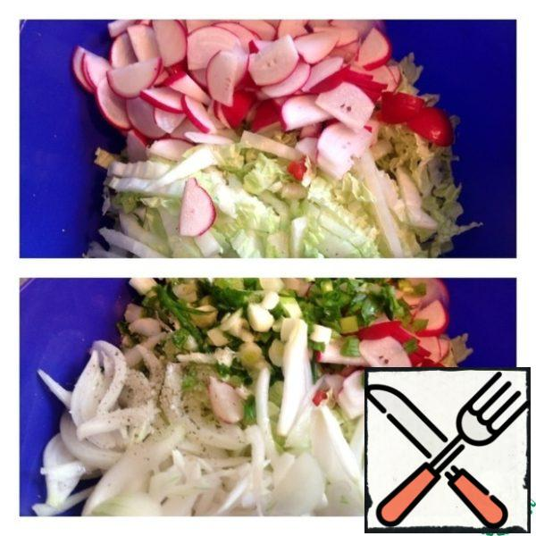 Chop the cabbage. Radish cut in half and chop. Add salt, pepper and oil. Finely chop the green onions and add the same pickled onions. Gently mix.