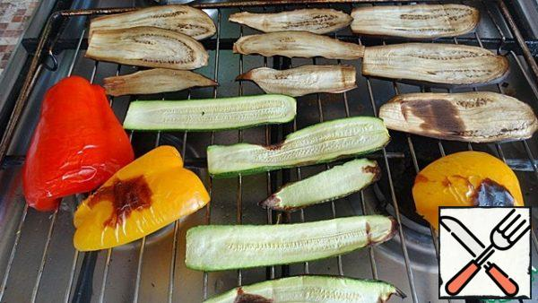 Eggplant and zucchini cut along thin slices, pepper cut into strips. and put all the vegetables on the grid. put in the oven under the grill for 10-15 minutes. Check that the eggplant and zucchini are not burnt. And peppers on the contrary really need to be baked, so you can easily remove the skin.