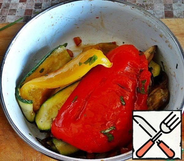 Put the vegetables in a large Cup and mix with half of the salsa, leave to lie for a few minutes, so that the vegetables are well soaked dressing.