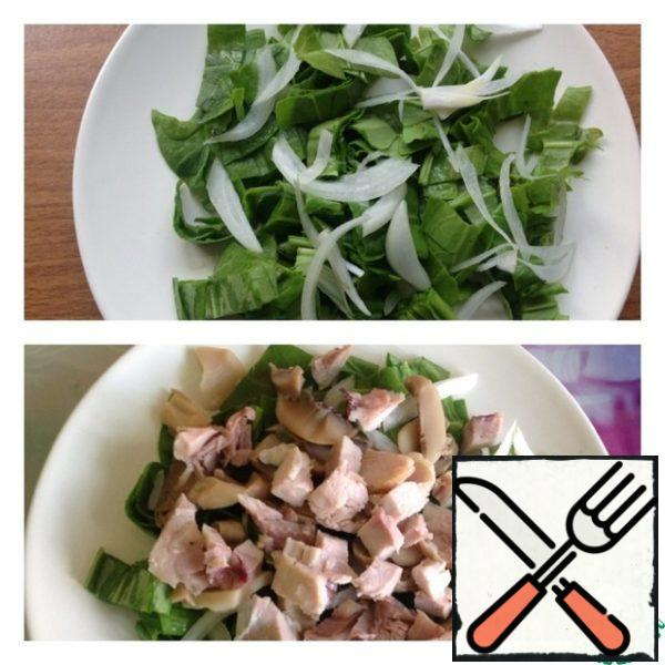 Tear the spinach with your hands or chop. Put on a plate. Onions cut into half rings and pour boiling water to leave the bitterness. Put on top of spinach. Put the diced chicken on top. With mushrooms drain the excess liquid and add the mushrooms to the chicken.