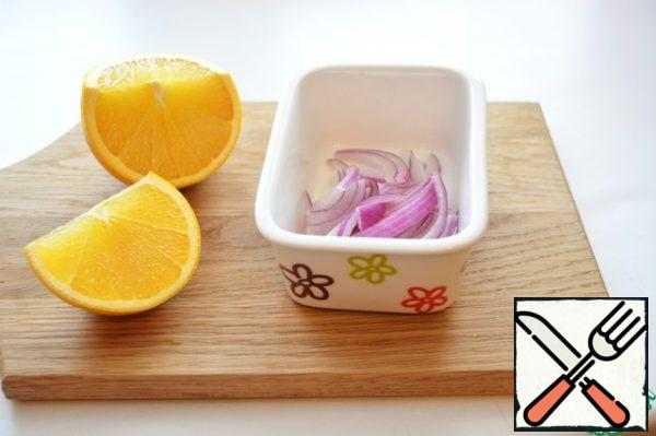 Red onion cut into thin half-rings pour 2 tablespoons of orange juice and lightly remember with your hands, leave to marinate for 30 minutes.
