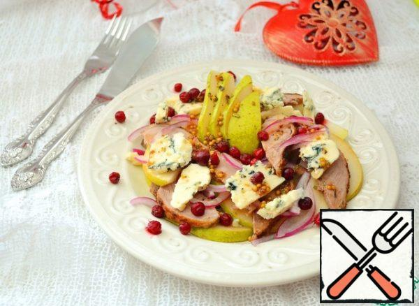 On a plate lay out slices of pears and ducks, red onions. Blue cheese cut or break arbitrarily and put on top, also put the cranberries on top and pour the dressing.