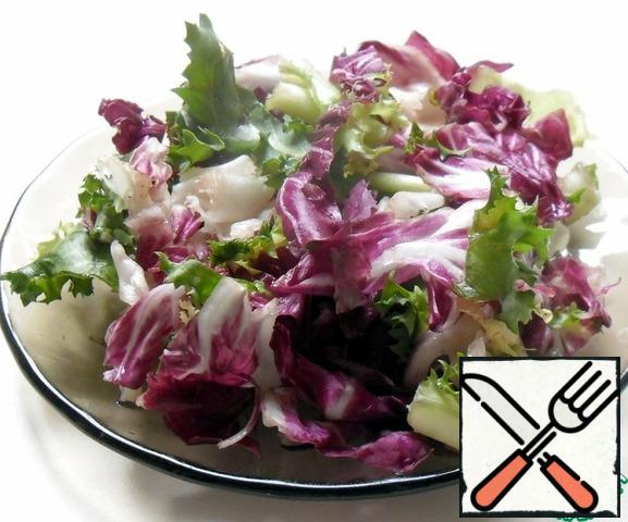 Lettuce or mix washed in running water, dry, cut or pick pieces. If desired, you can add a little onion. Add salt and a pinch of sugar. Sprinkle with vinegar. Stir. Season with spices, so that they give then the taste and the beets.