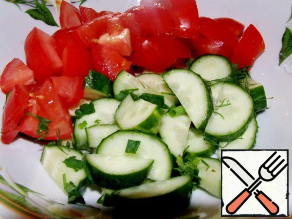 Cut into large cucumbers and tomatoes, cut parsley and onions.