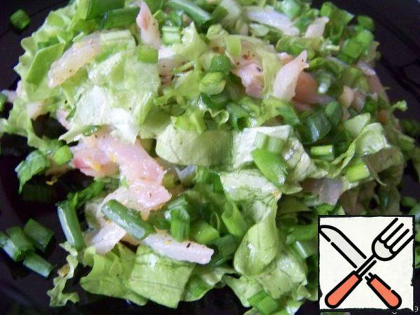 Spread the salad on plates and sprinkle with green onions.