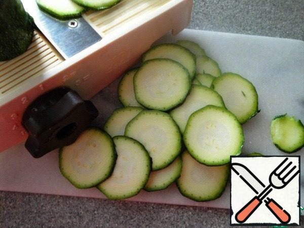 Salad wash and dry well. Zucchini thinly cut, add a little salt and leave for a couple of minutes. Cut mozzarella into pieces.