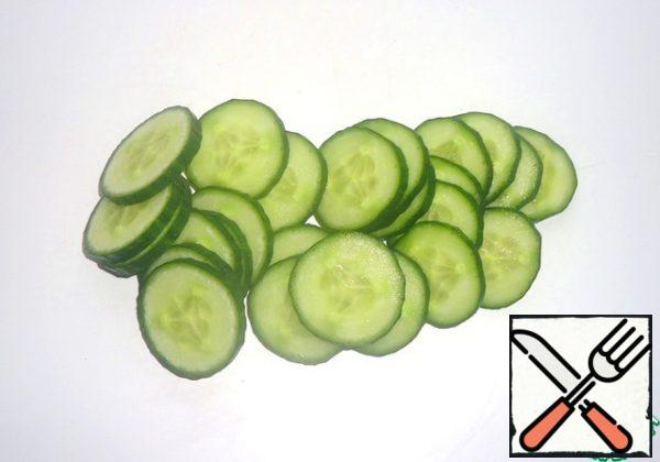 Wash the cucumber and cut into thin slices.