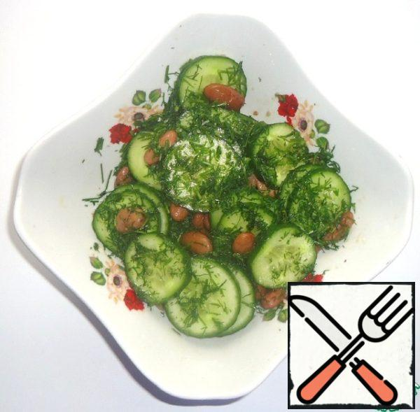 Then through a strainer to add the prepared dressing, you can add the dressing along with pieces of grated ginger and garlic, as you like. add the chopped dill and mix.