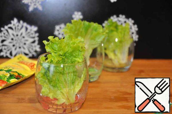 Take glasses (glasses) for filing, each laid lettuce.