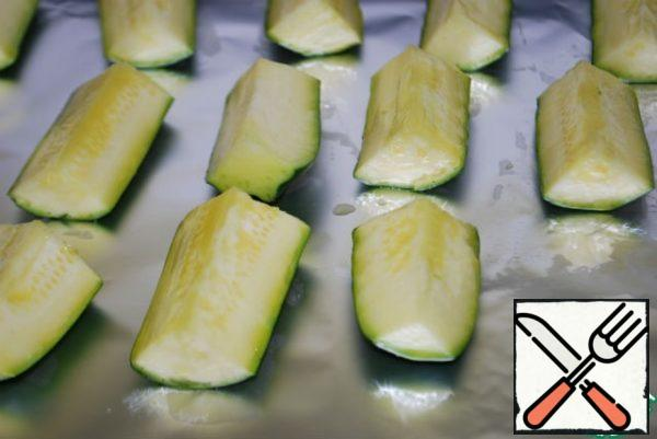 Cut the zucchini, sprinkle with olive oil and put in the oven on the grill for 10 minutes, it all depends on your oven.