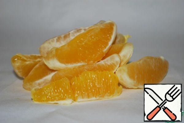 At this time, clean the orange, divide it into slices .