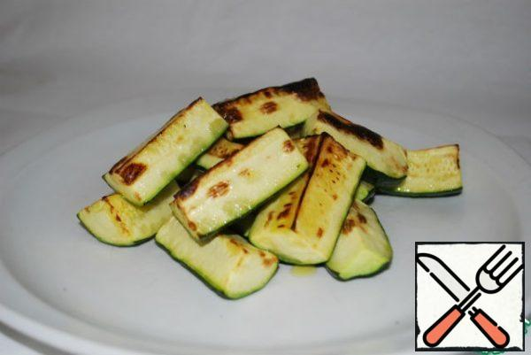 Remove the zucchini from the oven and spread on a plate, give a little cool.