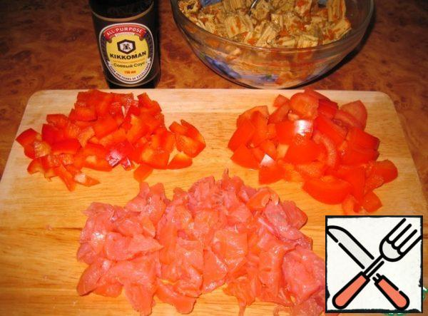 Tomato and bell pepper cut into the same cubes. Slightly salted trout or any other red fish (salmon, sockeye salmon) cut into small pieces.