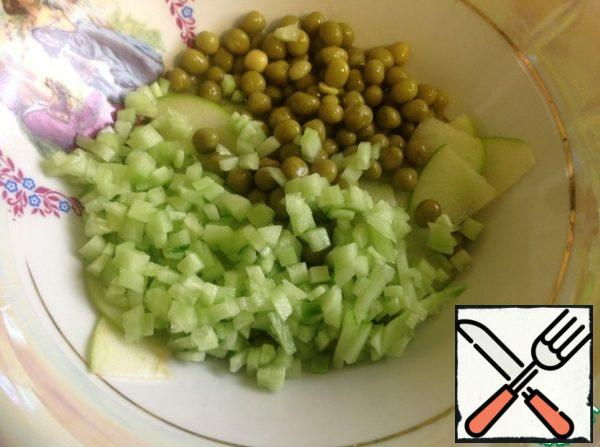 To Apple add green peas, chopped cucumber, pre-peeled and seeds. Finely chop the green onions and mix everything.