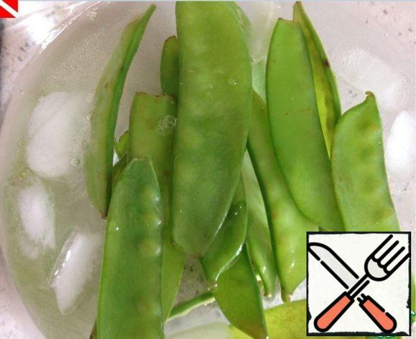 Drop the hot peas in a pre-prepared container with cold water and ice - so that it does not lose its rich bright color.