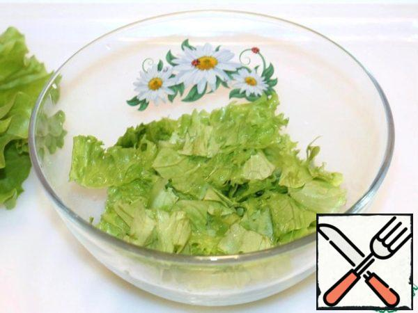 The tear lettuce with your hands and put in a bowl.