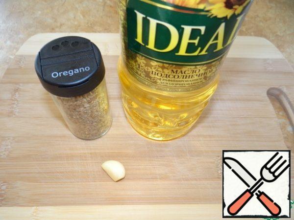 Mix oil, garlic (through chesnokodavilku) and oregano;