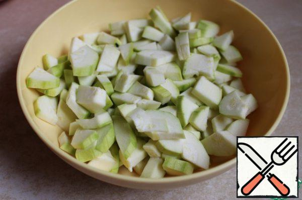 Cut the zucchini into cubes.