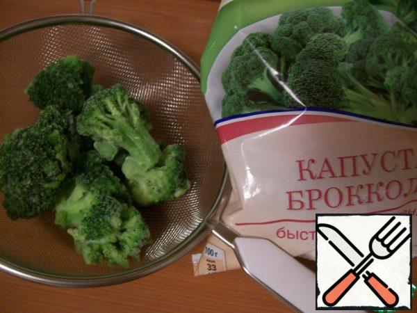 First we need to blanch the broccoli. Spread the florets in a strainer.