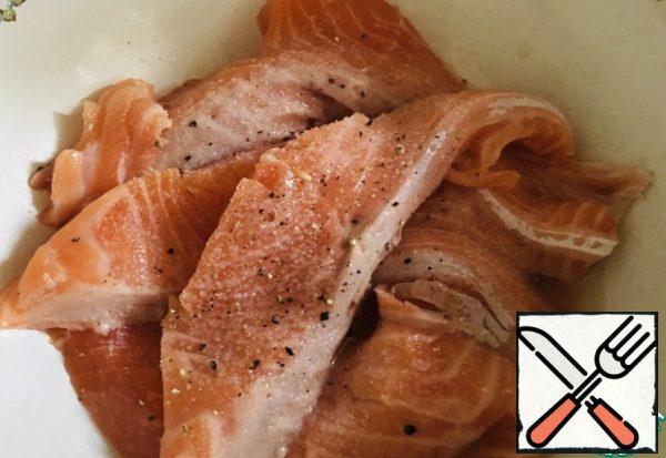 Fish fillet cut into portions, pour lemon juice, a little salt. Leave to the side.