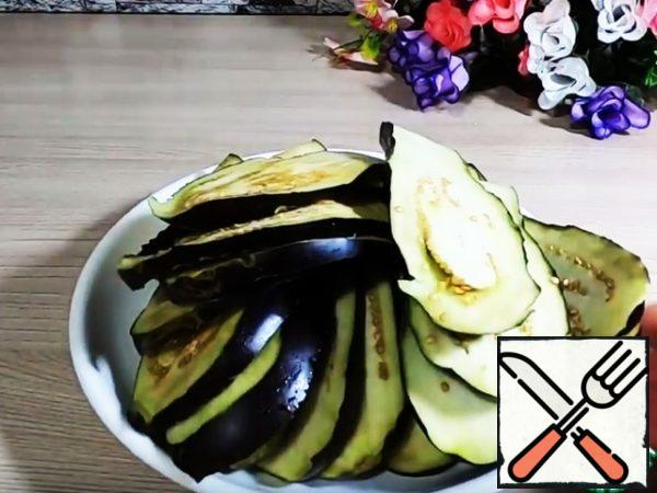 Cut the eggplant into plates.